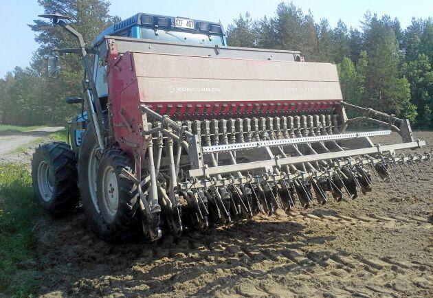 Mjölkbonde Jonas Isaksson sår korn.