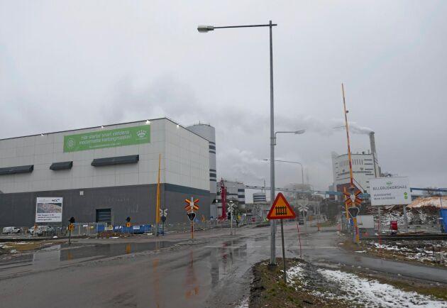 Billerud Korsnäs nya kartongmaskin i Gruvön (byggnaden till vänster) har nu startats och de första kundleveranserna väntas i oktober.