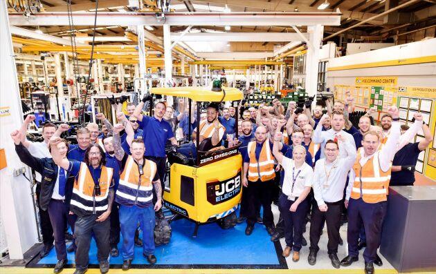 Här firar personalen när de första maskinerna rullar av produktionsbandet i fabriken i Staffordshire.