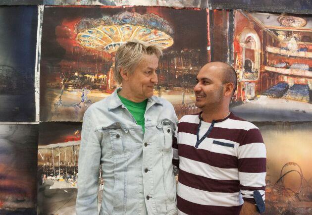 Lars Lerin och hans man Junior, här framför Lerins utställning på konsthallen Sandgrund.