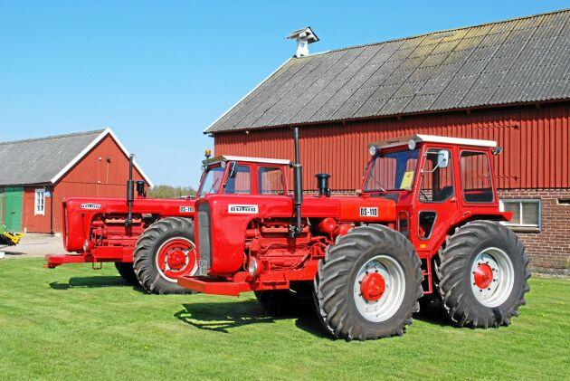 Två Dutra DS-110 i ett fint skick. Utseendet liknar inte många vanliga traktorer. Mycket av vikten hamnar på framaxeln. Motorn sitter ju framför framhjulen.