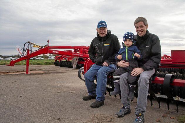 Ingvar Lundberg, Tibro, sonen Daniel och sonsonen Alexander, båda från Skara, tittade på lagervälten He-va Tip Roller 730.