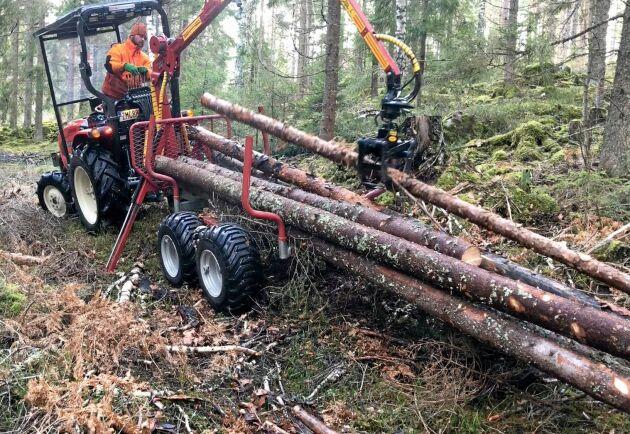 Skogsmarkerna, som ägs av Johan och hans fru, sträcker sig över 100 hektar med tillhörande 25 hektar åker- och betesmark. Här passar traktorn bra för alla typer av småplock med storm- och barkborreskadat virke.