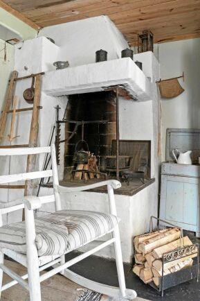 En murad spis hjälper till att hålla värmen i stugan.