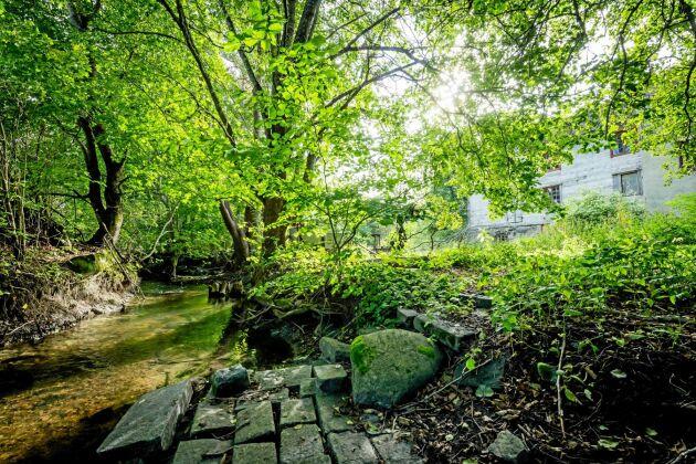 """Karlösa kvarn ligger vid en fåra som i folkmun kallas """"kanalen"""". De två åarna skapar en ö där kvarnbostaden och kvarnen ligger."""