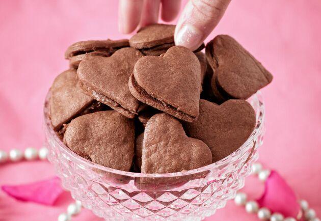 Supergott med krämig chokladfyllning mellan två små kakor.
