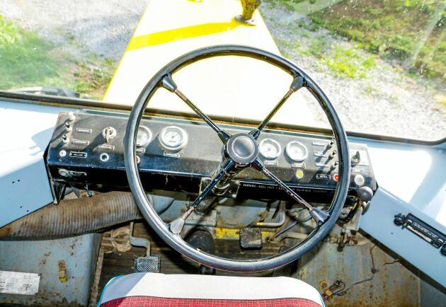 Förarplatsen ger ett intryck av att man är ute och kör en lastbil från det tidiga 1960-talet.