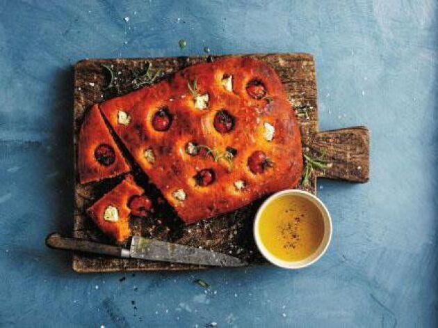 Mild tomatsmak i denna ljuvliga tomatfocaccia medfetaost och körsbärstomater.