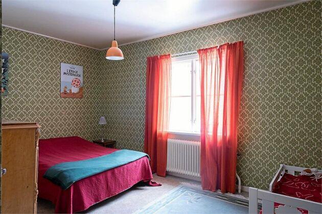 Suvrummet har plats för en dubbelsäng eller flera enkelsängar.