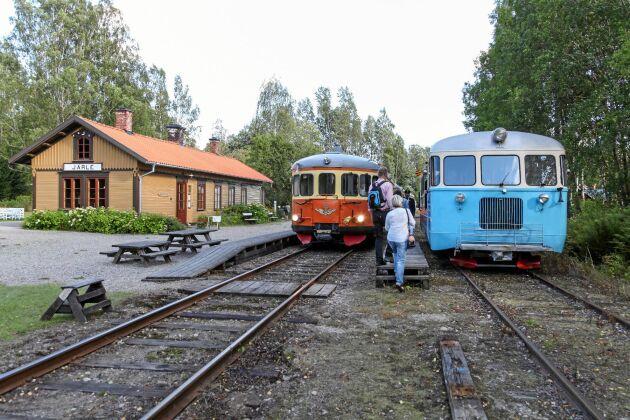 Förbi Järle stationshus passerar Nora Bergslags Veteran-Jernväg.