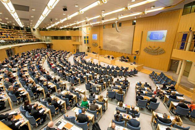 Riksdagen har röstat för sänkt skatt på drivmedel.