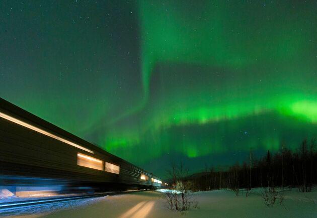 På resan med Nordlyståget mellan Abisko och norska Narvik ska resenärerna få uppleva norrsken.