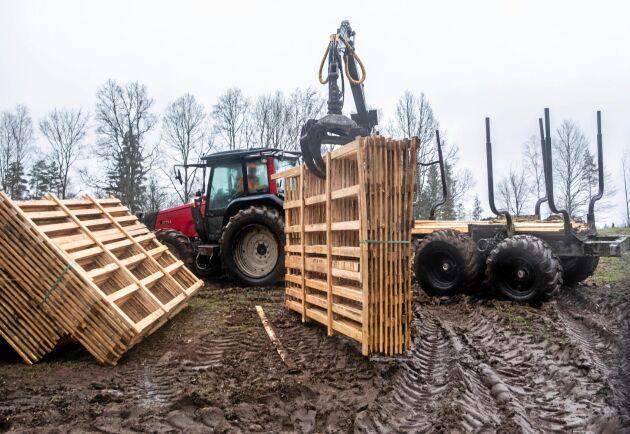 Utkörning. Lars-Ivar Olofsson kör ut sektionerna med sin traktor.
