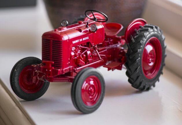 Traktorn som pryder Per-Anders Andersson kontor är en present efter ett av de många föredrag han hållit genom åren.