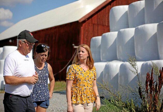 Lantbrukarna Fredrik Andersson och Marianne Holmström visar Annie Lööf (C) runt på Tarby gård.