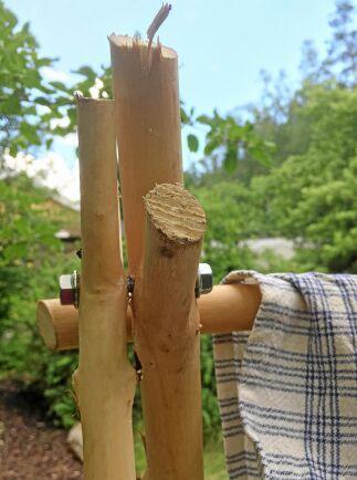 Två stadiga slanor sätts ihop med sexkantskruv så att det blir som ett gångjärn.
