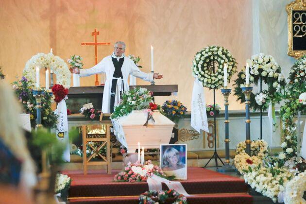"""""""Mitt i sorgen och saknaden hoppas jag att dagen ska präglas av ljus, tacksamhet och alla fina minnen av Barbro. Hon var en helt fantastisk person."""", sa tidigare kyrkoherden Gustaf Åhman under ceremonin."""