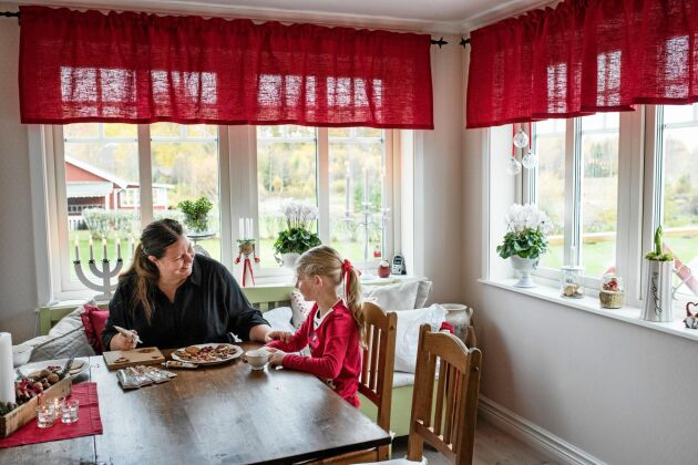 Här i köket sitter Bodil och Linnea ofta och pysslar, särskilt inför jul.