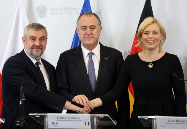Polens jordbruksminister Jan Krzysztof Ardanowski och Tysklands jordbruksminister Julia Klöckner på var sin sida om sin franske kollega Didier Guillaume. Fotot taget i oktober 2019.