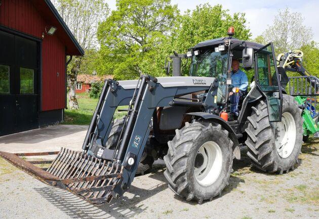 Robert Aschbergs traktor är en Valtra A93 med rejäl frontlastare och ofta med en skogsvagn bakom.