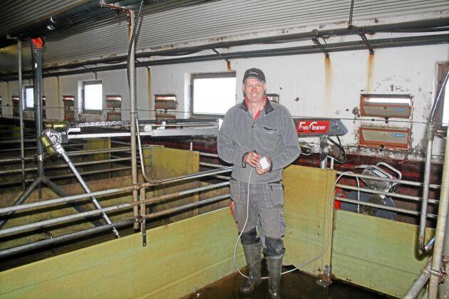 Blir rent. Hans Eriksson på Bärnagårdens lantbruk programmerar sin nyinköpta maskin med van hand. Via joysticken styr han om hur teleskoparmen och sprutmunstycket ska föra sig i lokalen.