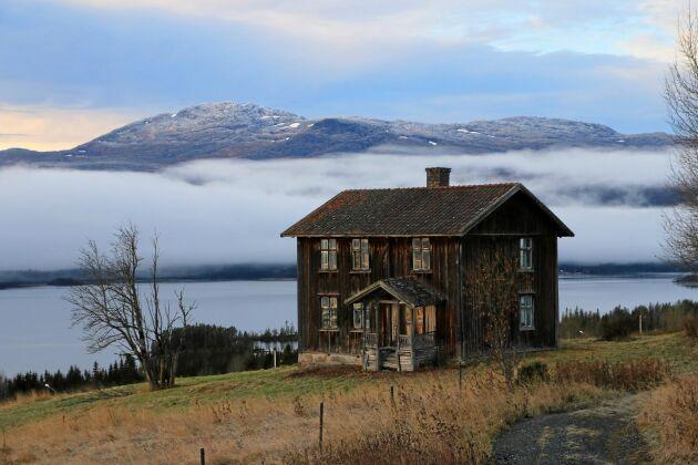 Huset har utsikt över Kallsjön som är någon kilometer bort. Bakom tornar Åreskutan upp sig.