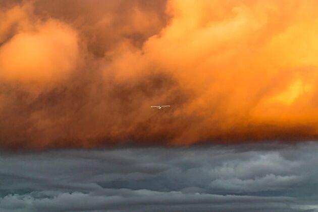 PLATS 2-5. Krister Ring i Borås fick en bild av ett litet flygplan på väg mot flygfältet i Viared, just när solen börjad belysa ovädret som var på väg bort.