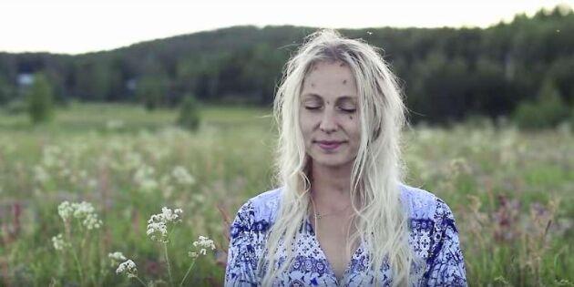 """Spana in urroliga klippet – Jonna Jinton visar hur man """"myggmediterar"""""""
