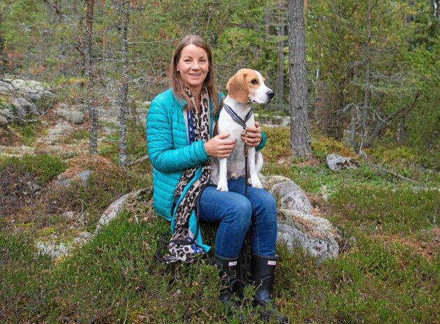 Kicki Fellstenius jobbar som hundinstruktör, ofta tillsammans med hunden Tage.