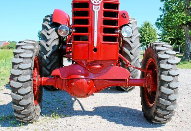 Differentialklumpen under framaxeln stjäl en del av markfrigången men det märks när fyrhjulsdriften är inkopplad. Traktorn drar bättre.
