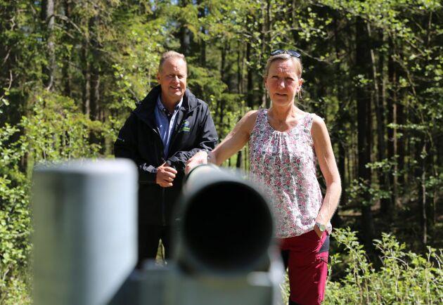 """Lars Jakobsson, naturvårdare på Västkuststiftelsen och Helén Benjaminsson har gjort """"allt"""" för att minska risken för skogsbrand i Svartedalen. Bland annat har skogsbilvägar stängts av med bommar för att hindra bil- och kabelbrännare."""