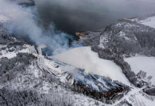 Sopbrand i Kagghamra. Den stickande brandröken från byggavfallet i Kagghamra letade sig in till Stockholms innerstad. Nu har TV4 rapporterat om att röken innehöll mycket höga nivåer av flera farliga ämnen.