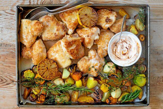 Osten tillför smak och ger en frasig yta till kycklingfilén.