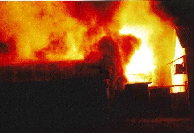 En av de tilltalade tog bilder av branden som de har erkänt att de anlade på minkfarmen. Arkivbild.