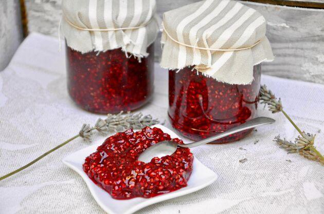 Rårörda hallon är gott till glass, i vispgrädden, till pannkakor och våfflor eller på pannacottan.