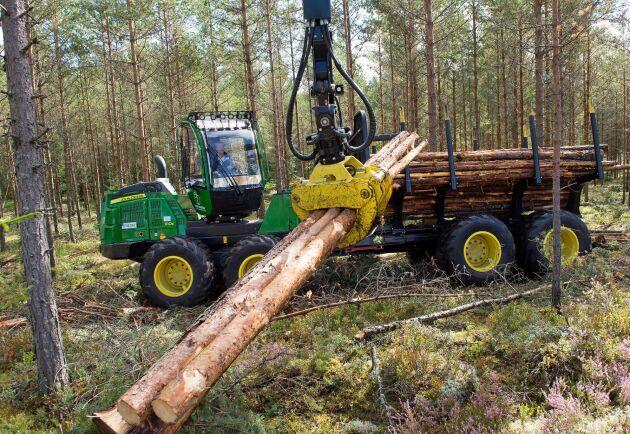 De som går Stora Segerstads skogsmaskinsförarutbildning för vuxna får lära sig köra både skotare och skördare.