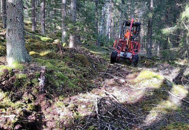 Att ta sig fram över stock och sten är ingen match för traktorn. Med fyrhjulingen var det däremot svårare att ta sig fram i den steniga småländska terrängen.