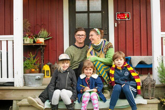 I släkttorpet i Skogshägna har familjen Marksén hittat lugnet och tiden att umgås. Pappa Robin, mamma Petra och barnen Emylinda, Sigrid och Elias.