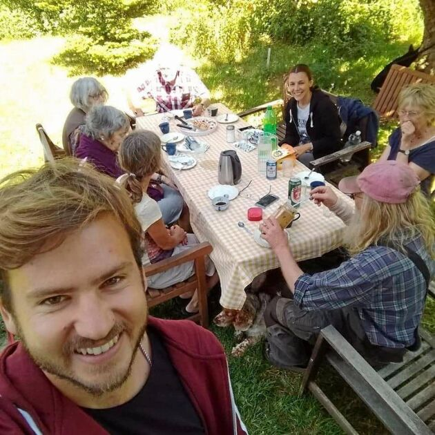 Guillermo Acosta från Argentina (förgrunden) reser runt i Europa som Wwoofare, här på en ekogård utanför Stockholm.