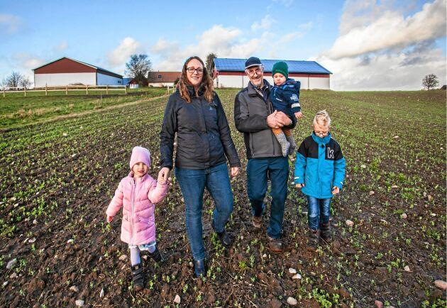 Med solcellerna i bakgrunden står Stefan Frank, med dottersonen Algot, 1 år, i famnen, Bredvid hans dotter Emma och hennes två andra barn: Alma, 3 år och Albin, 6 år.