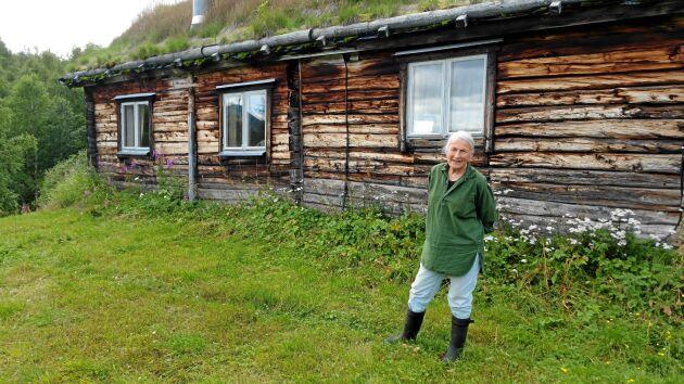 Ingrid Persson utanför den gamla mangårdsbyggnaden, där hon och sambon Ronny hellre bor än i den av staten renoverade stugan.