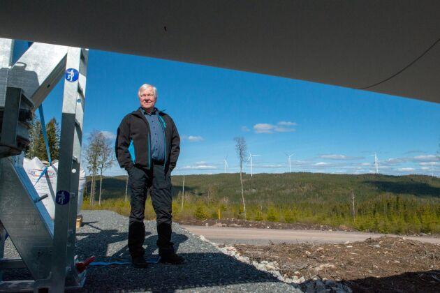 Snart ska rotorblad, nav och maskinhus upp på sina torn. Vid horisonten kan Bertil Forsberg se de nio verk som redan är resta.