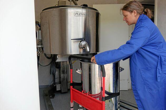 Mjölken förs över från pastöriseringsmaskinen till ett transportkärl som ställs in i mjölkautomaten.