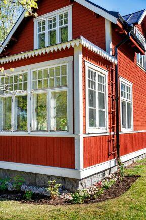 Den inglasade verandan blev klar sist. Här kan de sitta och fika tidigt på våren och sent på hösten.