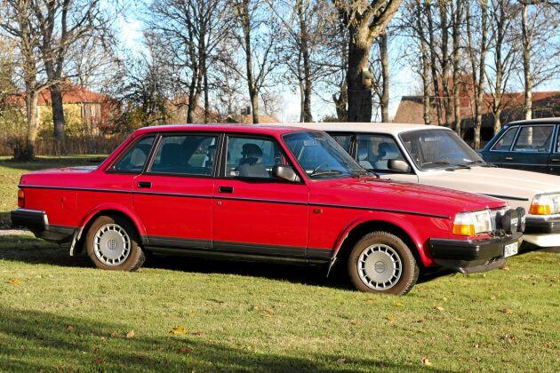 Röd Volvo 244 GL, 1993. Röda bilar blir ofta lite matta i färgen med tiden, men inte Henriks körsbärsröda pärla. Den är i toppskick inifrån och ut.