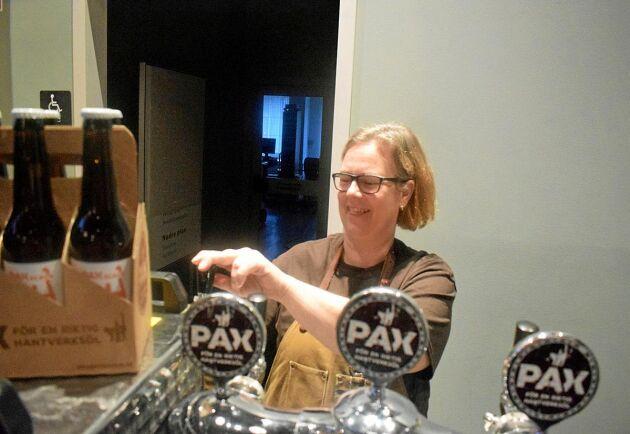 Marika Sjöström serverade öl från Pax Brygghus som har sin verksamhet i Flyinge utanför Eslöv.