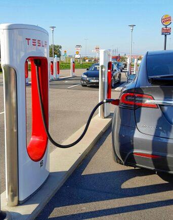 Teslaägaren får ladda 400 kWh, cirka 1600 kilometer, gratis per år i Teslas nätverk av laddstationer i Europa.