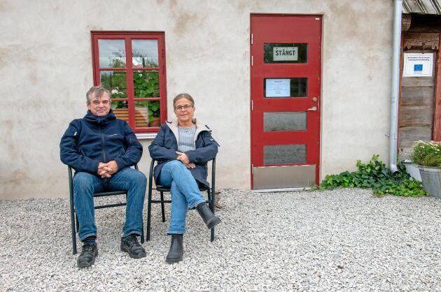 Bertil och Anna Gabrielsson var nära att stänga Fårölamm när de kände sig motarbetade av Livsmedelsverkets veterinärer. Nu är bara butiken kvar.