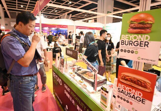 Allt fler företag lanserar växtbaserade produkter som ska påminna om kött. På bilden visas nya produkter på en stor restaurangmässa i Hong Kong i november i år.