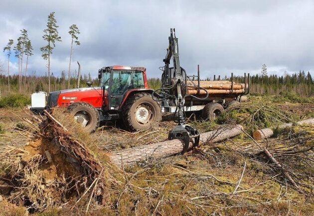 Valmet 8000 är fina saker och den här har gått 7 000 timmar. De sex cylindrarna ger en lång hjulbas vilket gör att traktorn går att köra på vatten. Baktill sitter en 14 tons driven Hypro-vagn med 8,50 meters kran. Nu är det kul att köra i skogen, skriver Anton Andersson.